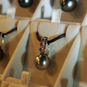 美しい大粒のタヒチアンパールペンダントはNUIHERE(ヌイヘレ)