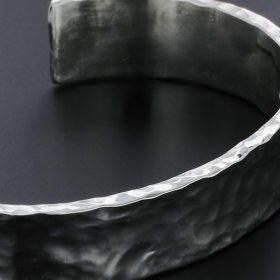 鍛造製法ハワイアンジュエリー叩いて作り出すTATAU(タタウ)モチーフNUIHERE(ヌイヘレ)