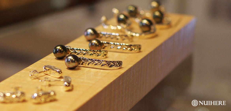 美しいタヒチ産黒真珠のピアス、人気のハワイアンジュエリーモチーフマイレNUIHERE(ヌイヘレ)