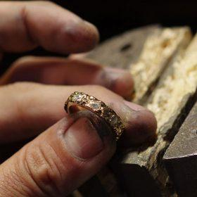 ペアリングとしても人気のシリーズNUIHERE(ヌイヘレ)の平打ちHIRAUCHIリングに8石のダイヤモンドをセッティング